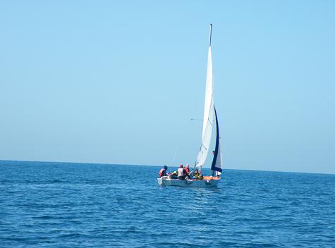 נוער בסירת מפרש בים בתל אביב