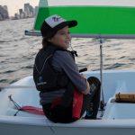 נטע רוז משיט סירה בחוג בתל אביב