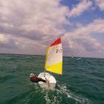 ילד משיט סירת מפרש בים בחוג לילדים בתל אביב