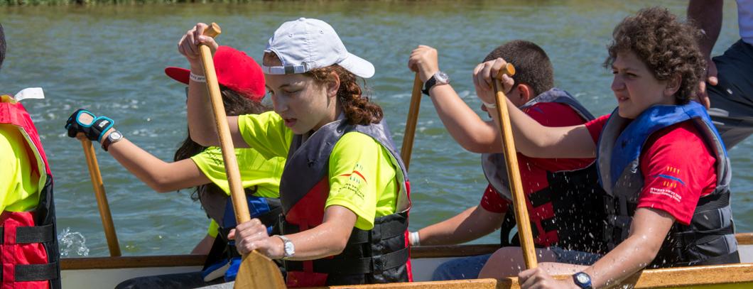 ילדים בפעילות ספורטיבית בסירה