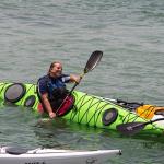 אישה צעירה בתרגול הקיאק ימי