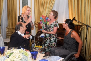 לינדה שטרייט מעניקה מתנה למארחת בריו
