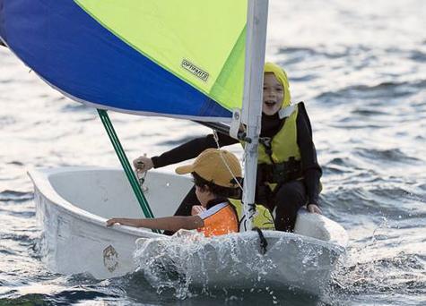 שני ילדים משיטים סירת מפרש